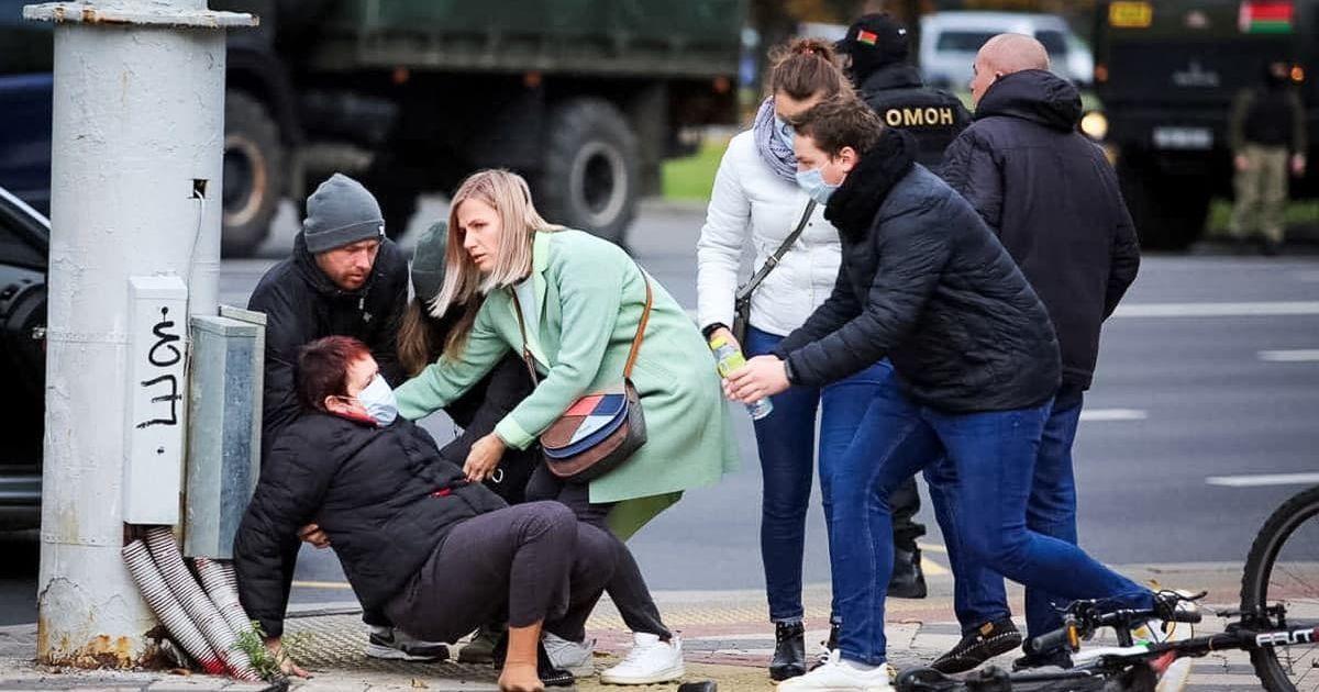 """""""Грозилися відрубати руку"""": в Білорусі затримали майже чотири сотні учасників Маршу проти фашизму"""
