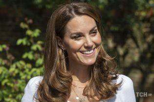 В пурпурной блузе с бантом: герцогиня Кембриджская предстала в новом ролике