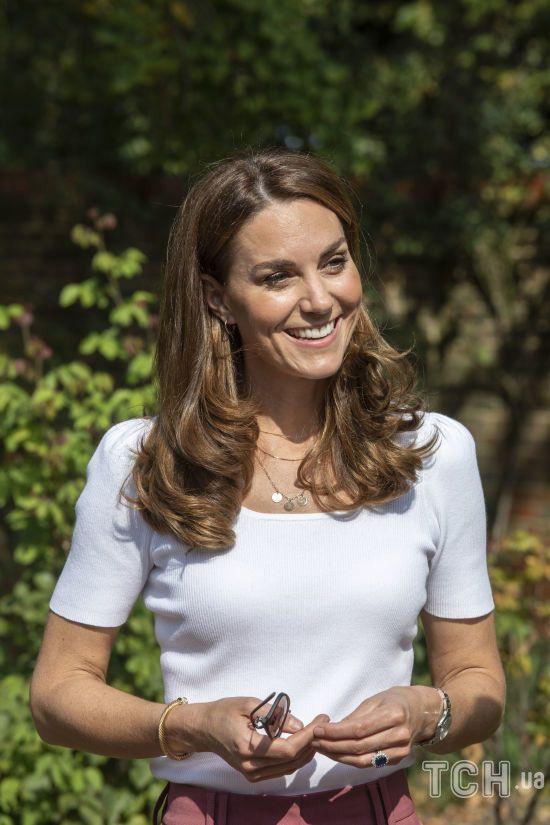 У пурпуровій блузі з бантом: герцогиня Кембриджська постала в новому ролику