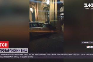 В Черновцах легковушка протаранила ворота Национального университета