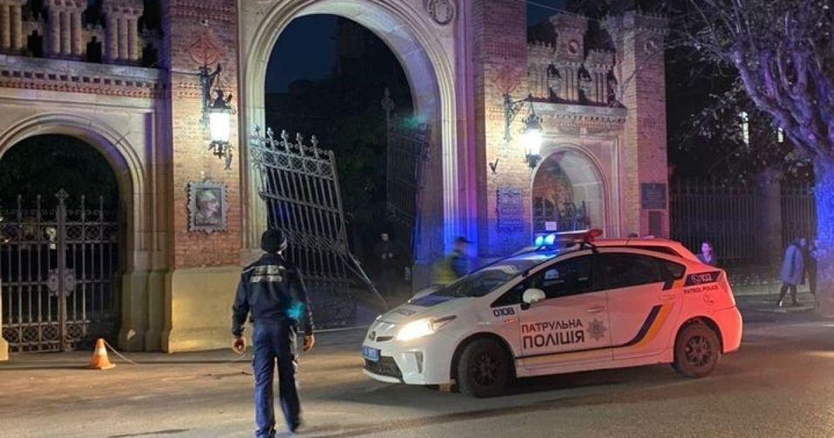 В Черновцах автомобиль на большой скорости снес ворота национального университета