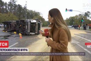 На окраине Киева перевернулась фура