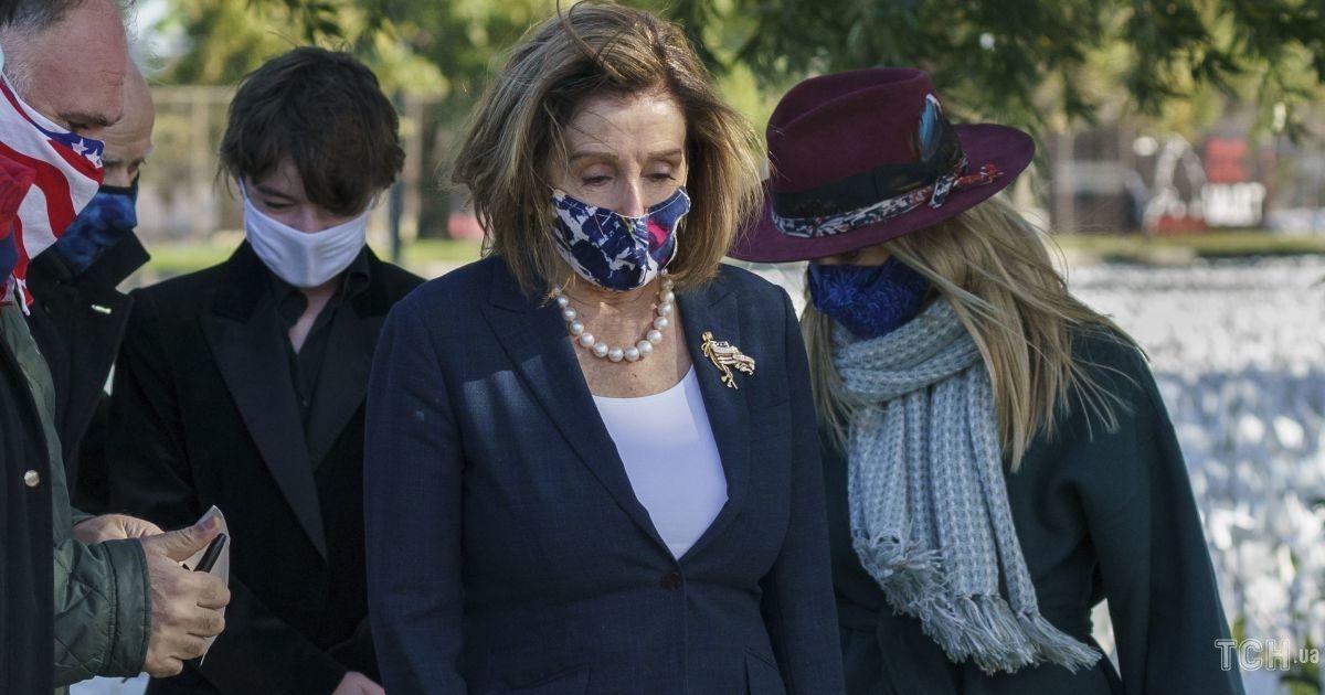 В деловом костюме и в жемчужных украшениях: спикер палаты представителей США посетила мемориальную инсталляцию