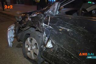 Біля столичного вокзалу зіткнулися два авто: водіїв госпіталізовано