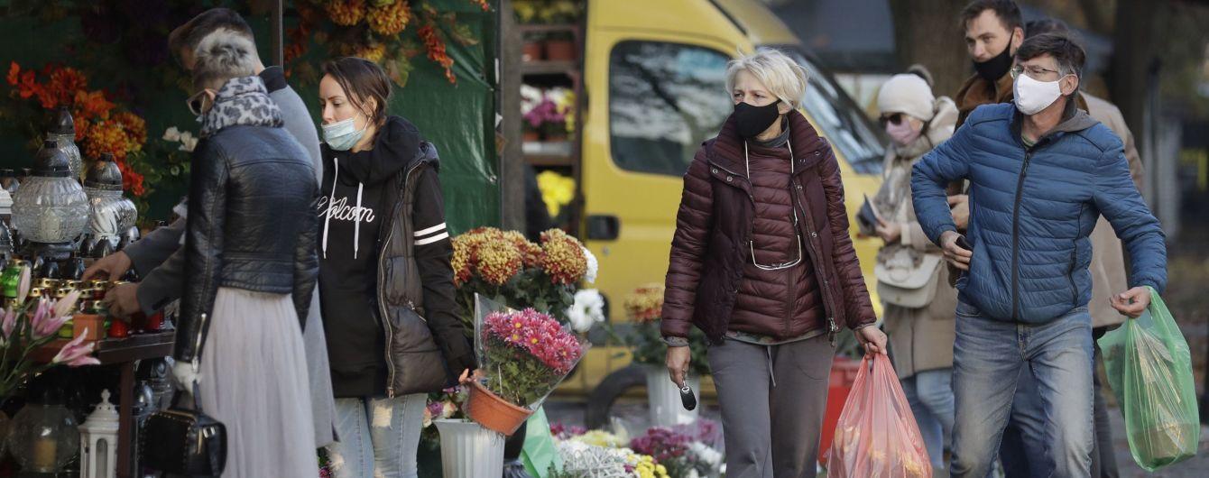 """Зачиняють торгові центри і відправляють людей на """"дистанційку"""": Польща опинилася за крок до повного локдауну"""