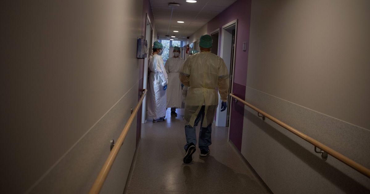 Повесилась в туалете: в Сумской области пациентка с коронавирусом в больнице свела счеты с жизнью