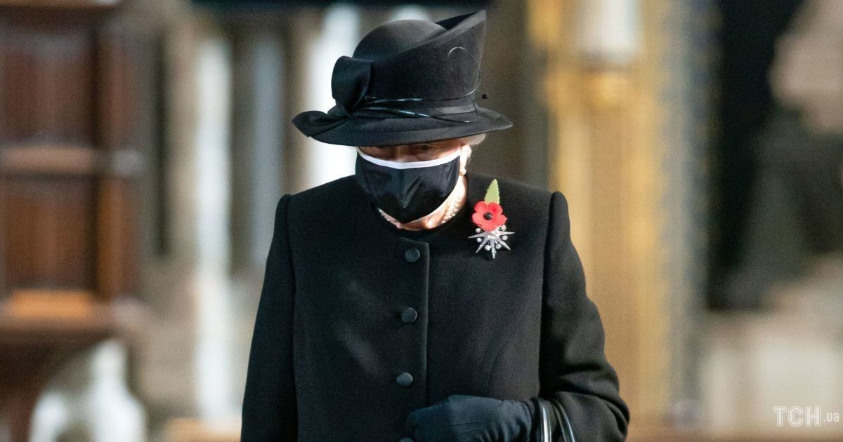 """В черном аутфите и с брошью """"Звезда Жардин"""": королева Елизавета II на мероприятии"""