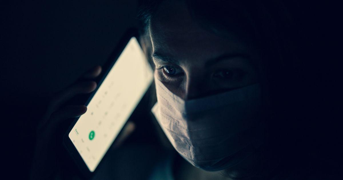 У Києві від коронавірусу померла жінка, яка два тижні лікувалася телефоном