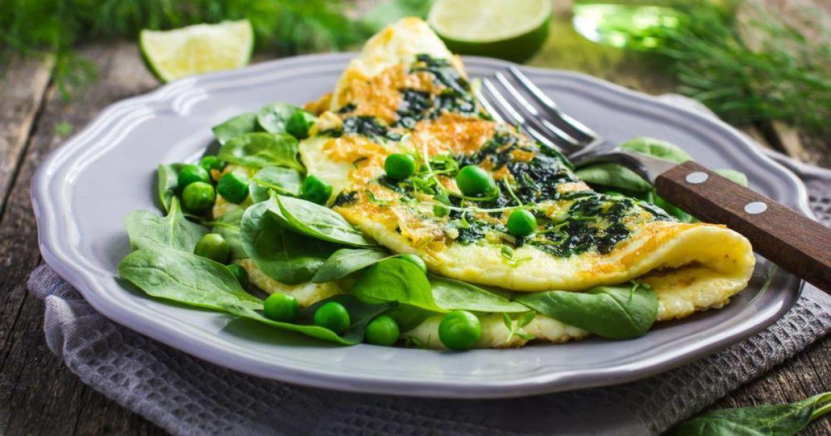 Бодрый завтрак: готовим зеленый омлет со шпинатом и зеленым горошком