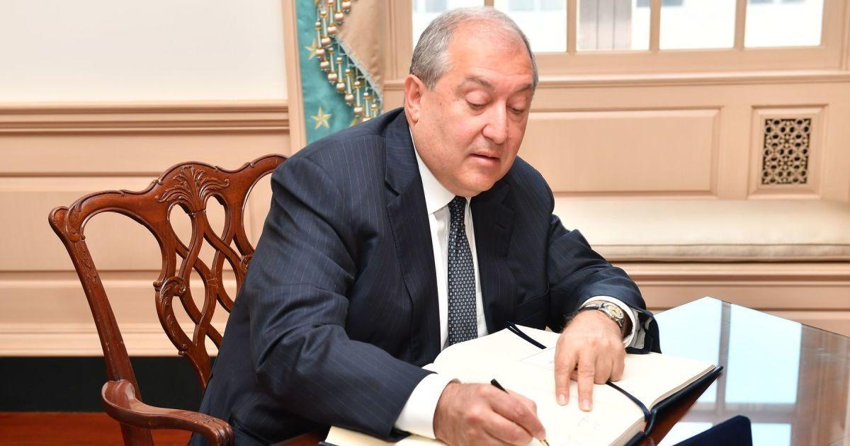 Президент Вірменії звільнив з посад трьох міністрів