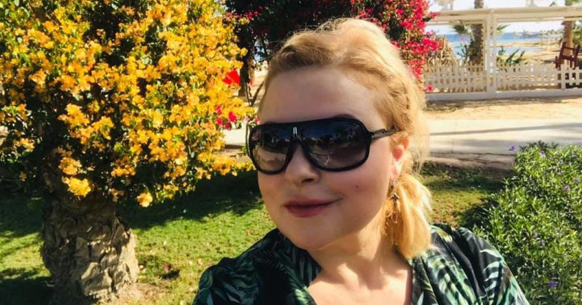 Звезды на отдыхе: Мария Бурмака в оливковом бикини загорает на пляже