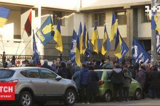 Під будівлею КСУ кілька сотень мітингувальників вимагали скасування закону про землю