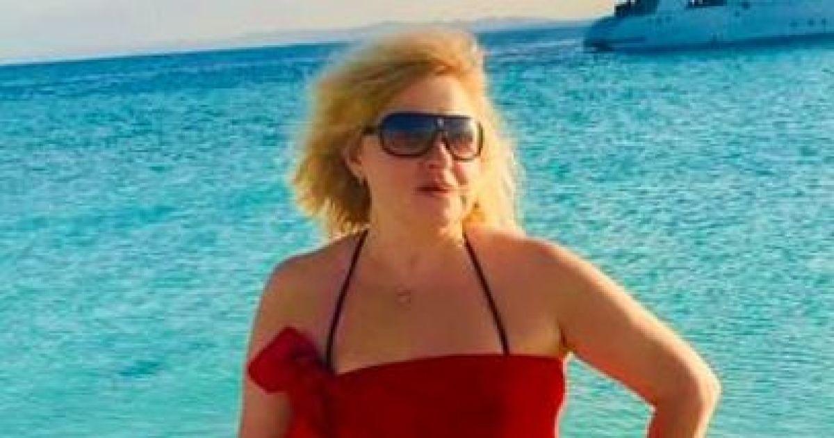 В купальнике и ярком парео: Мария Бурмака позировала на пляже на фоне яхты
