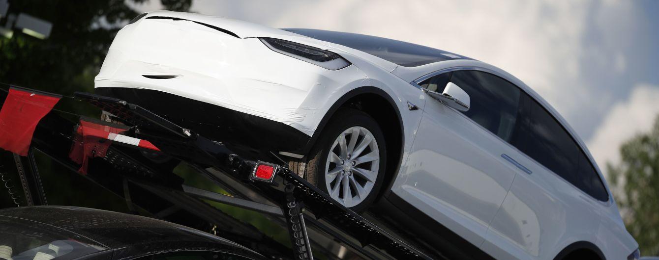 У Tesla во время движения без причины отвалилось заднее стекло: видео