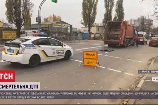 В Киеве мусоровоз сбил и переехал пожилого мужчину на регулируемом пешеходном переходе