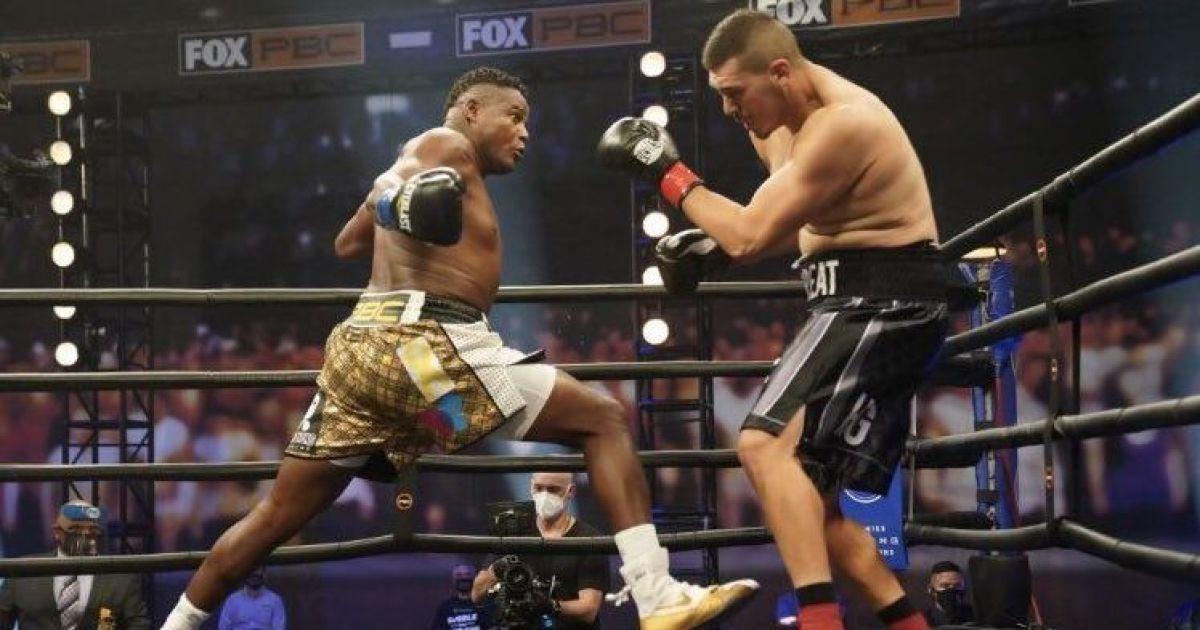 Американского боксера подозревают в симуляции нокаута после поражения за 46 секунд (видео)