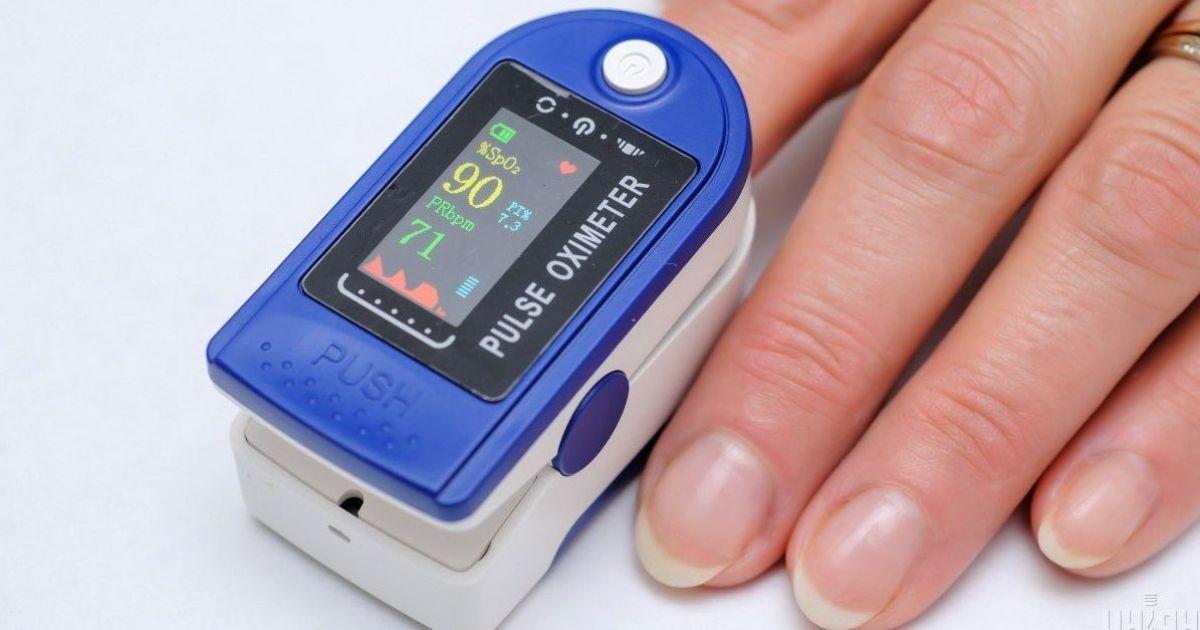 Как пользоваться пульсоксиметром и при каких показателях нужно в больницу: объяснение врача