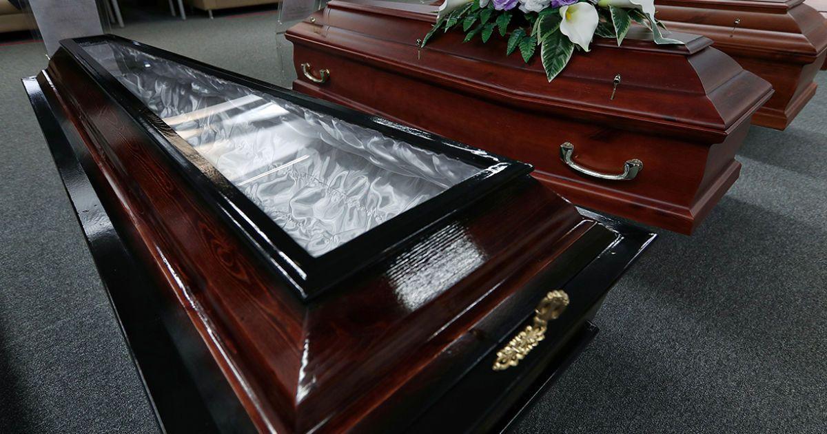 Можно попрощаться, не нарушая карантин: в России для умерших от коронавируса создали специальные гробы