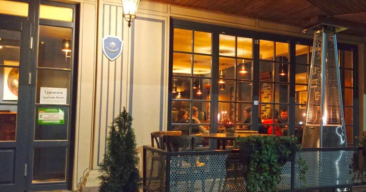 """Годують голодних та приймають утомлених: у Тернополі попри карантин працює ресторан, що став """"Братством лисих"""""""
