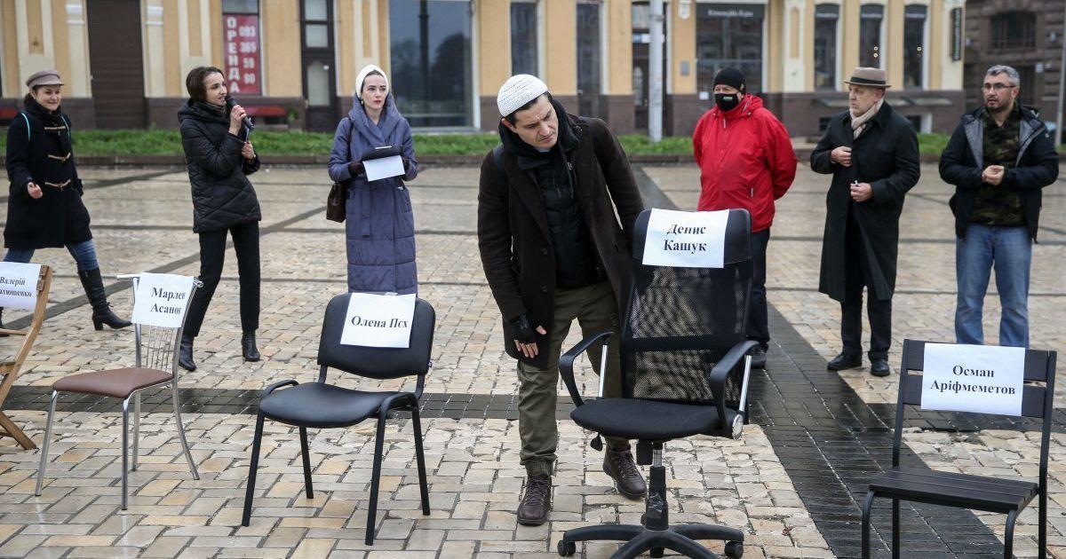 Пустые стулья: на Софийской площади в Киеве состоялась акция в поддержку пленников Кремля