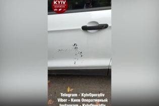 У Києві невідомі облили авто кислотою