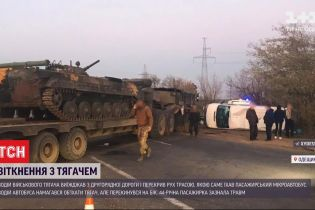 В Одеській області зіштовхнулися тягач з військовою технікою та пасажирський автобус