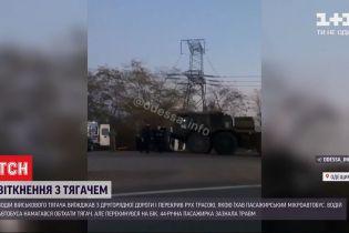 В Одеській області сталася ДТП за участю тягача з військовою технікою