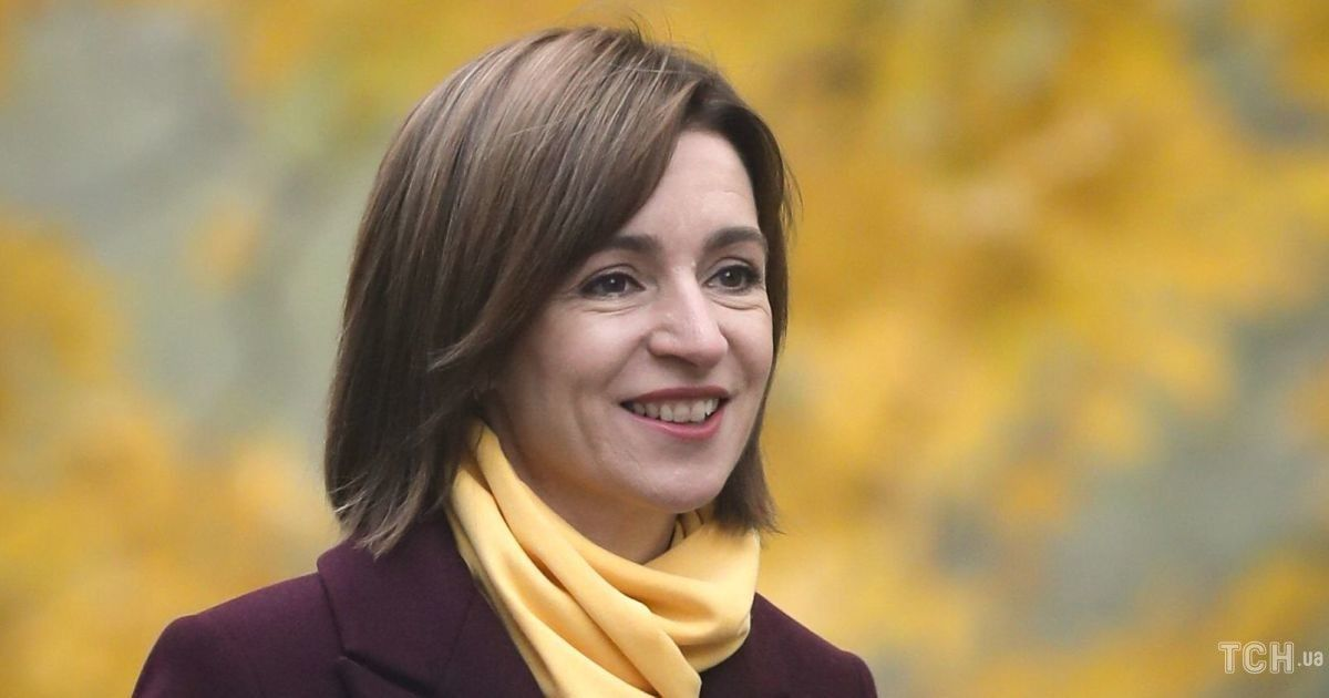 Элегантное пальто, тренч и яркий аксессуар: образы Майи Санду на выборах президента Молдавии