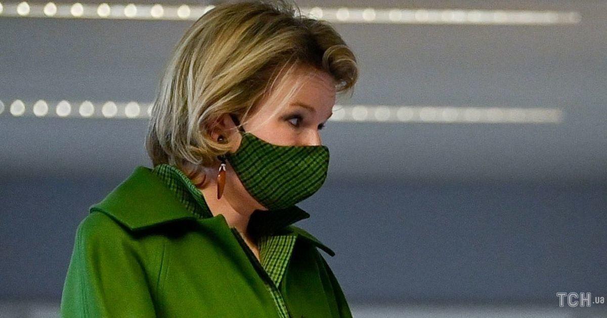 В зеленом пальто и крокодиловых туфлях: королева Матильда в эффектном луке приехала в госпиталь