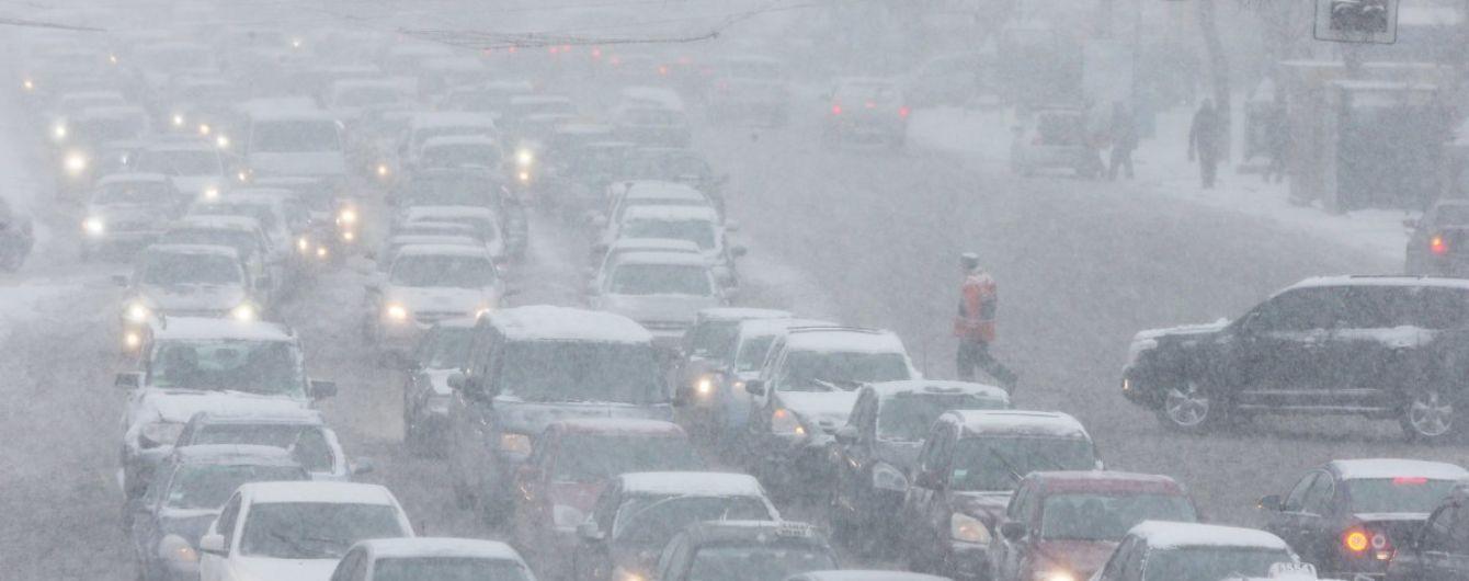 Затори з висоти сніжинок: у Мережі з'явилося відео безкрайніх рядів автомобілів на вулицях Києва