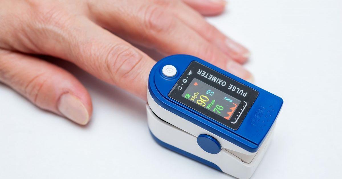 В Минздраве советуют купить в домашнюю аптечку пульсоксиметр: какой лучше выбрать и как им пользоваться