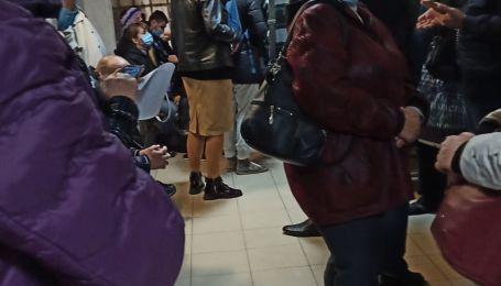 """""""О 8:00 була 99-ю"""": у Запоріжжі люди стоять у тисняві цілий день, аби здати ПЛР-тест"""