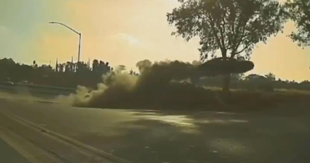 """""""Злетів"""" на декілька метрів: у Мережі з'явилося відео карколомного стрибка автомобіля, який тікав від поліції"""