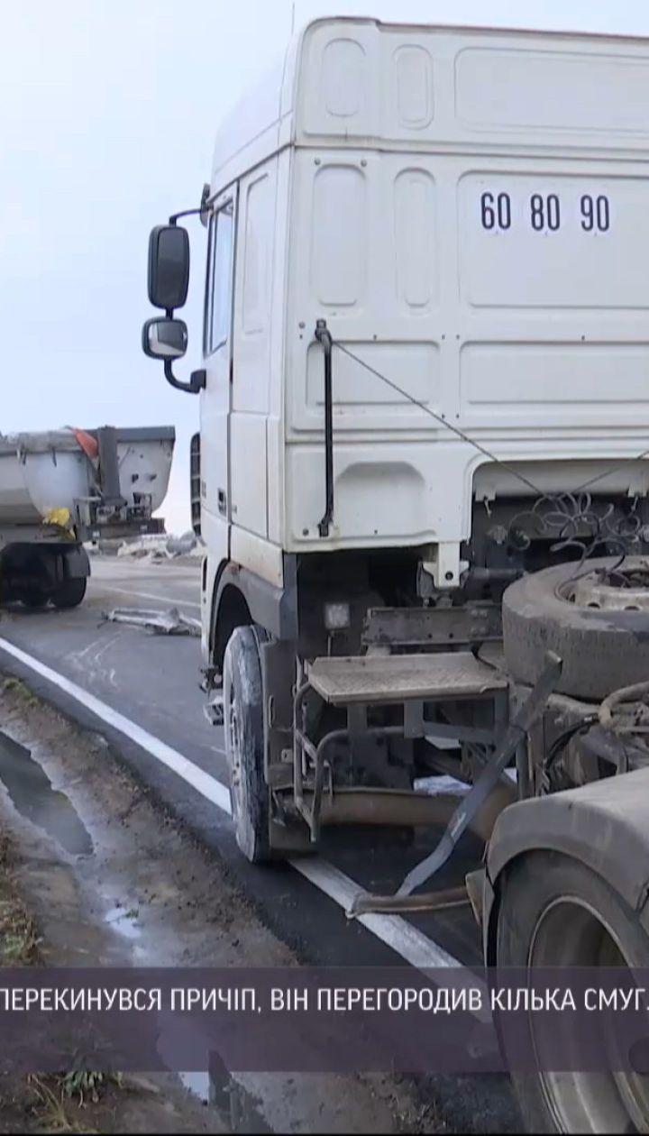 Авария из-за гололеда: неподалеку Одессы у грузовика оторвался и перевернулся прицеп