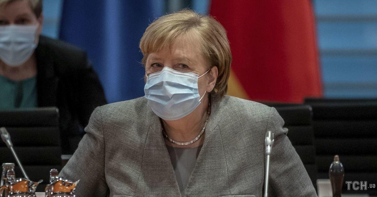В жакете цвета пыли и со стрелками на глазах: деловой лук Ангелы Меркель на заседании парламента