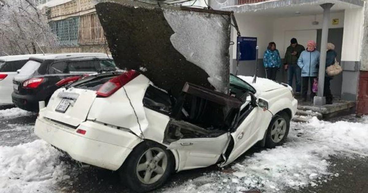 В России бетонная плита с 9-этажки раздавила новенький автомобиль