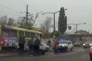 В Одессе автомобиль сбил человека и влетел в трамвай