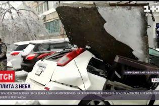 У Владивостоку бетонна плита впала з даху 9-поверхівки на припарковану автівку