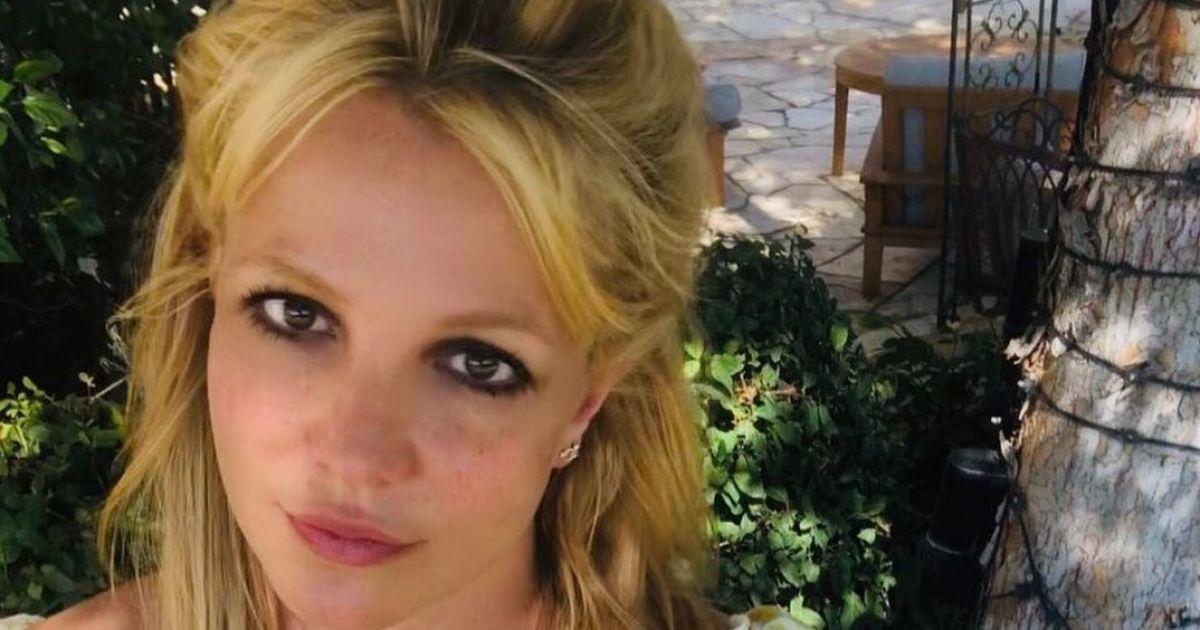 Бритни Спирс показала как на отдыхе прыгнула с обрыва