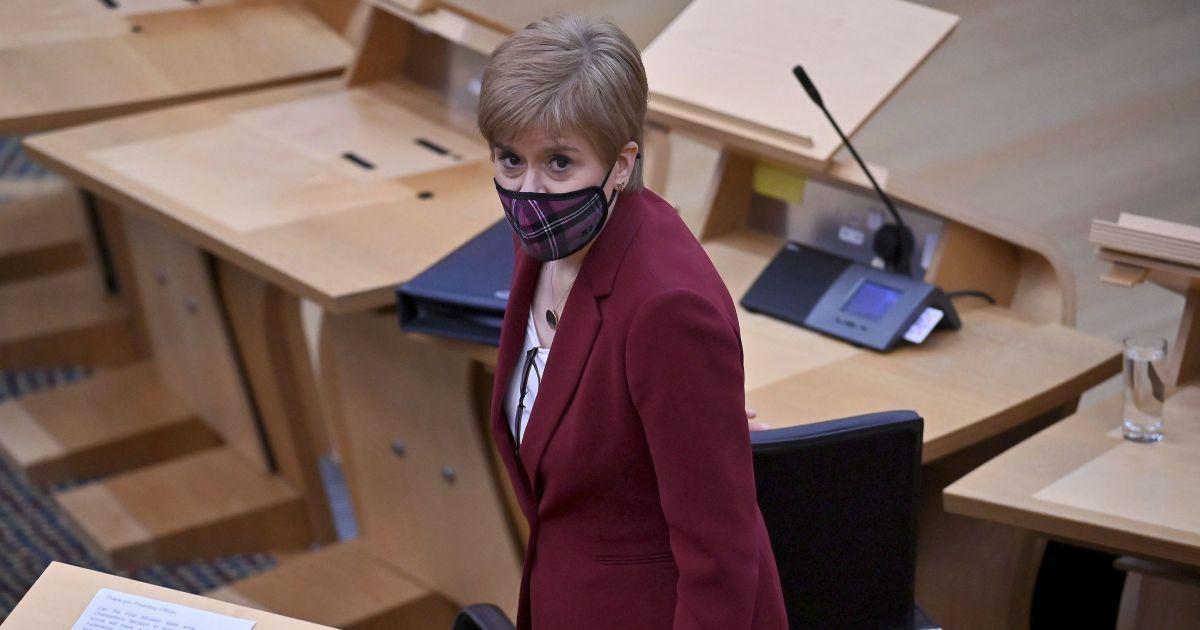 В жакете цвета марсала и в маске: деловой образ первого министра Шотландии