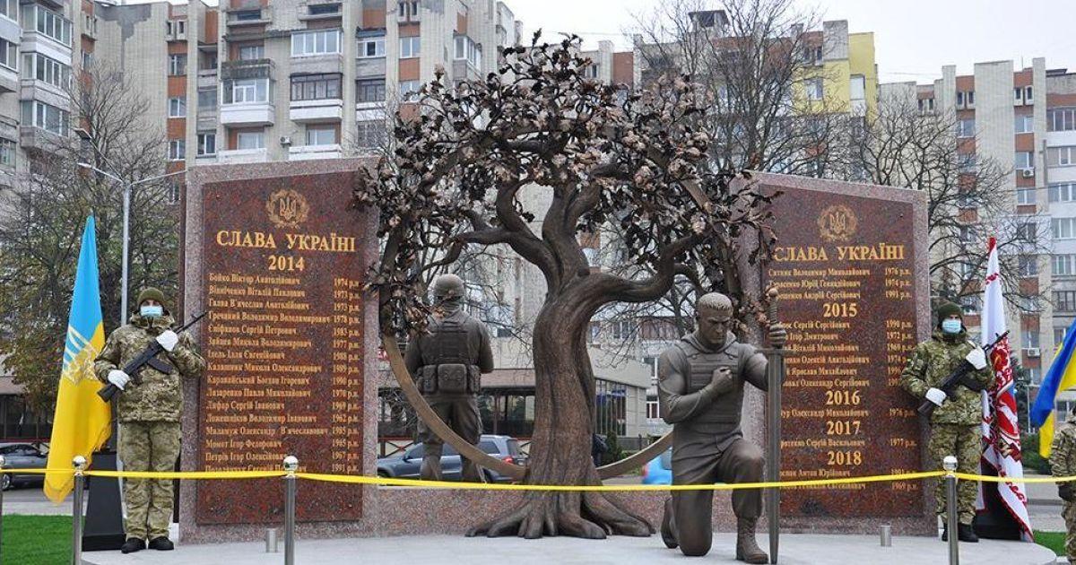 Фаєри, димові шашки, сльози та море квітів: у Черкасах відкрили меморіал загиблим на Донбасі воїнам