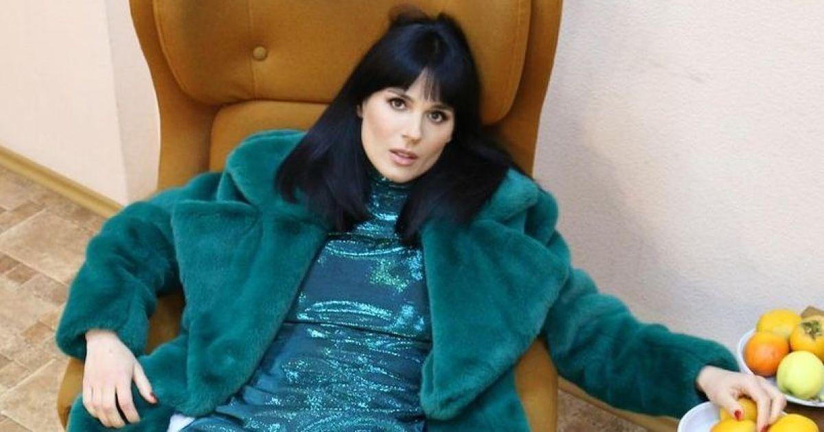 В темно-бирюзовой шубе и блестящем платье: Маша Ефросинина в гламурном луке разлеглась на кресле