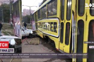 В Одесі водій напідпитку збив на пішохідному переході 17-річну дівчину і врізався в трамвай