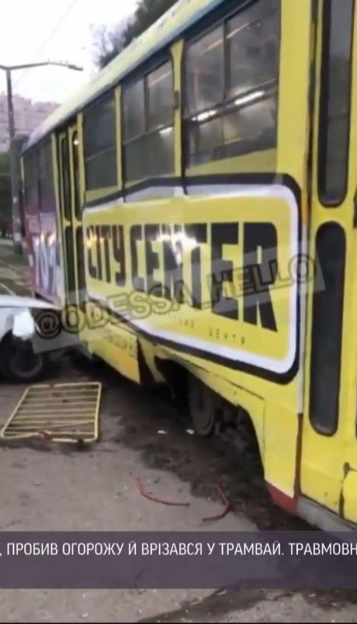 В Одессе пьяный водитель сбил на пешеходном переходе 17-летнюю девушку и врезался в трамвай