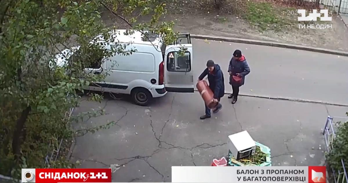 В Киеве семья занесла в квартиру опасный газовый баллон: что делать соседям