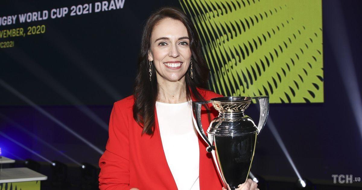 У червоному костюмі і обдертих туфлях: прем'єр-міністерка Нової Зеландії на жеребкуванні чемпіонату світу з регбі