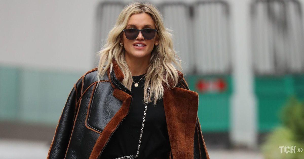 У шкіряних штанях і з сумкою Saint Laurent: Ешлі Робертс в шоколадному луці сфотографували в Лондоні