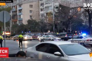 В столице Грузии 9 человек оказались в плену - напавшие угрожают ручными гранатами