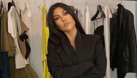 Без бюстгальтера: Кортні Кардашян засвітила оголені груди під час примірки