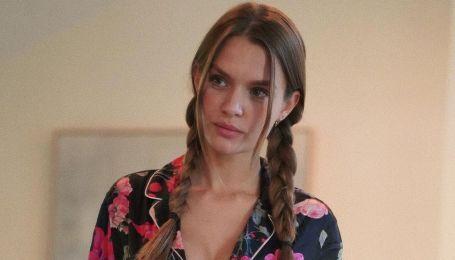 С акцентом на сексуальном декольте: Жозефин Скривер продемонстрировала лук в цветочной пижаме